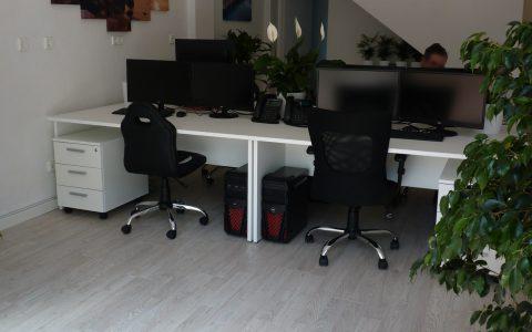 09_desks_front